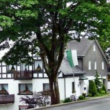 Großes und helles Ferienhaus in Neuastenberg mit großem Garten direkt am Skihang