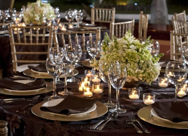 montaje de mesas para boda en la playa